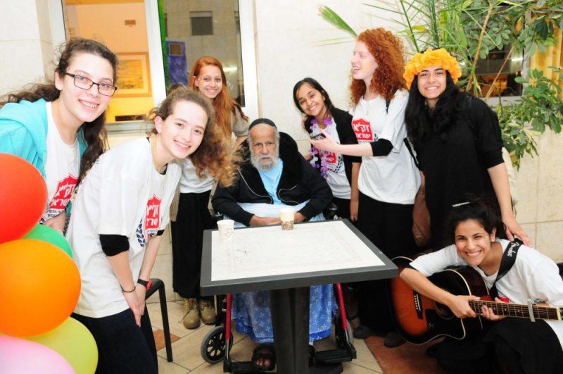 """מתנדבי זק""""א ישראל בשמחת פורים מיוחדת באשפוז למבוגרים בתל השומר"""