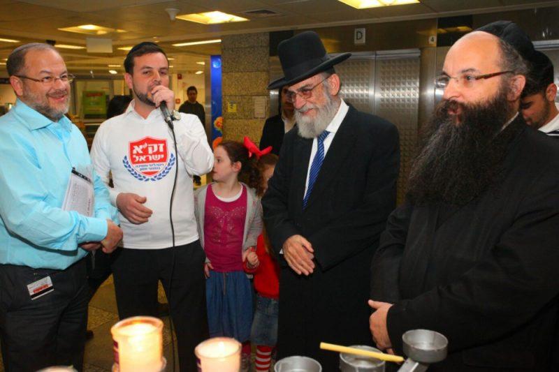 """מתנדבי זק""""א ישראל בהדלקת נר חנוכה ושמחת חולים בבית החולים איכילוב"""